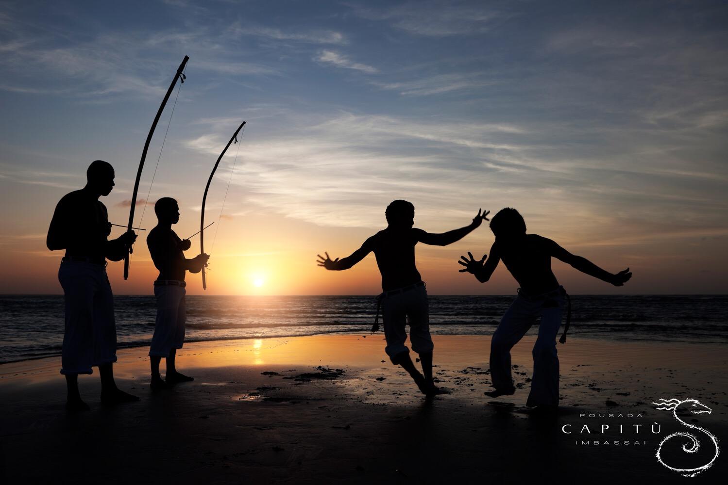 Des joueurs de capoeira sur la plage d'Imbassai