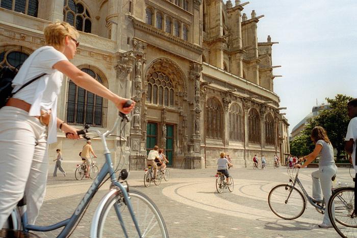 Discover Paris differently - Cyclists in front of Saint-Eustache - Tourist Office Paris - Photographer Amélie Dupont