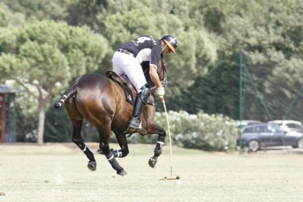 Jouer au polo en France en résidant aux Design Hotels Sezz