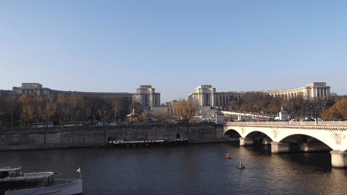 Hotel proche du Trocadero - Palais de Chaillot de l'autre côté de la Seine - flickr cc - Photographe Michel Petit