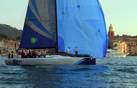SNST - Voilier devant le port de St Tropez - Photographe Rene Catino
